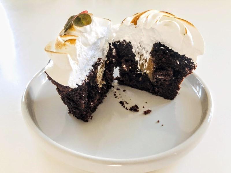 Cupcakes med chokolade, karamel og brændt marengs